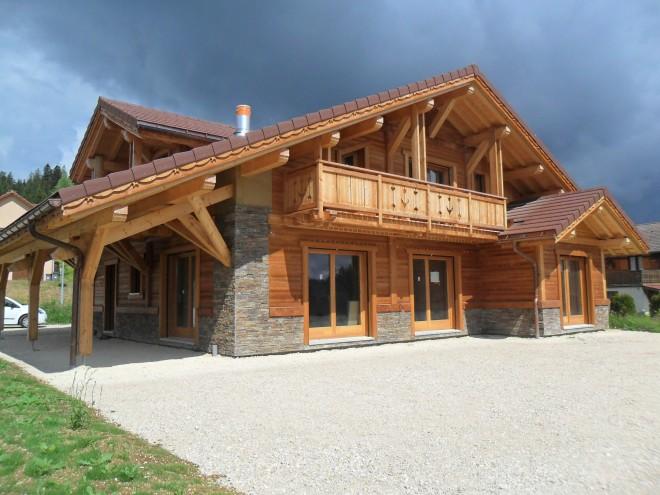 Maison bois contemporaine doubs avec des for Constructeur de maison en bois massif